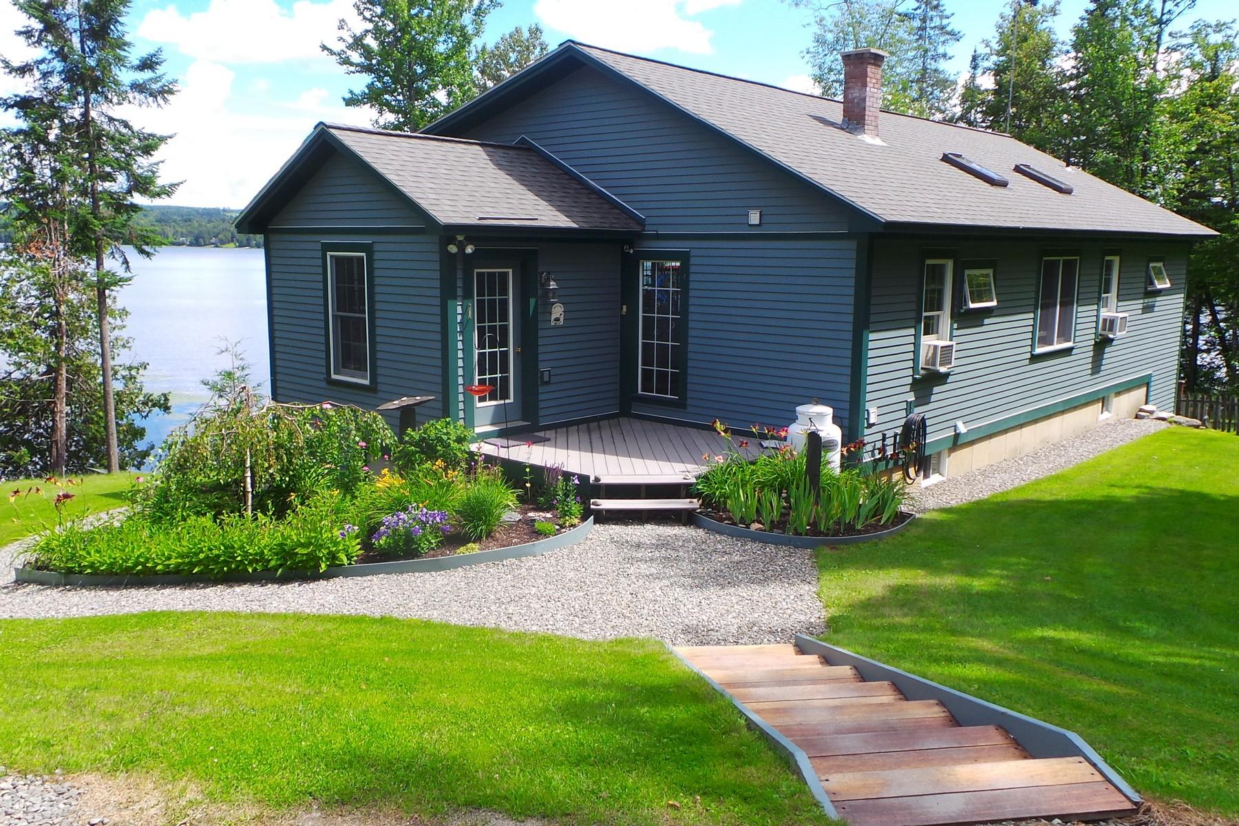 Casa Unifamiliar por un Venta en Lakefront Tranquility 2325 Vt 105 Rte Derby, Vermont 05829 Estados Unidos