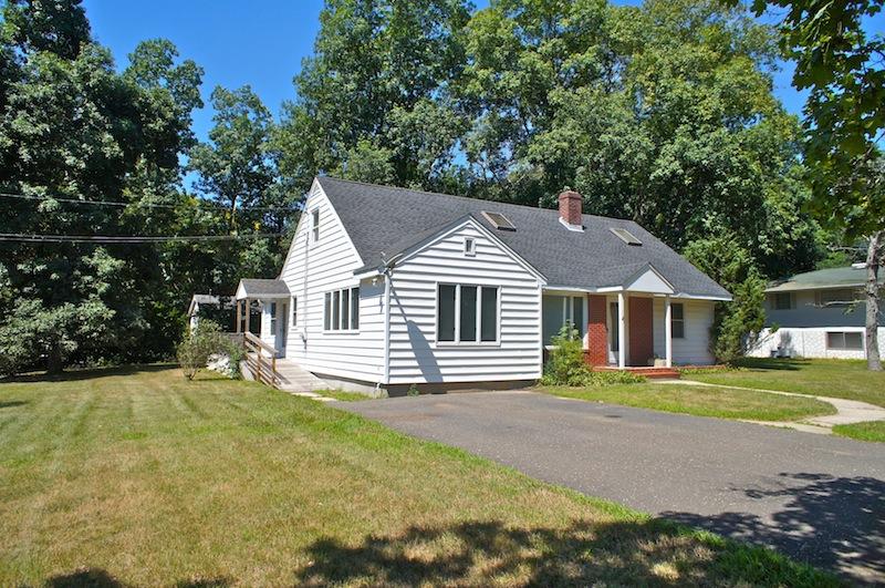 Casa para uma família para Venda às Cottage 1975 Woodcliff Dr Mattituck, Nova York 11952 Estados Unidos