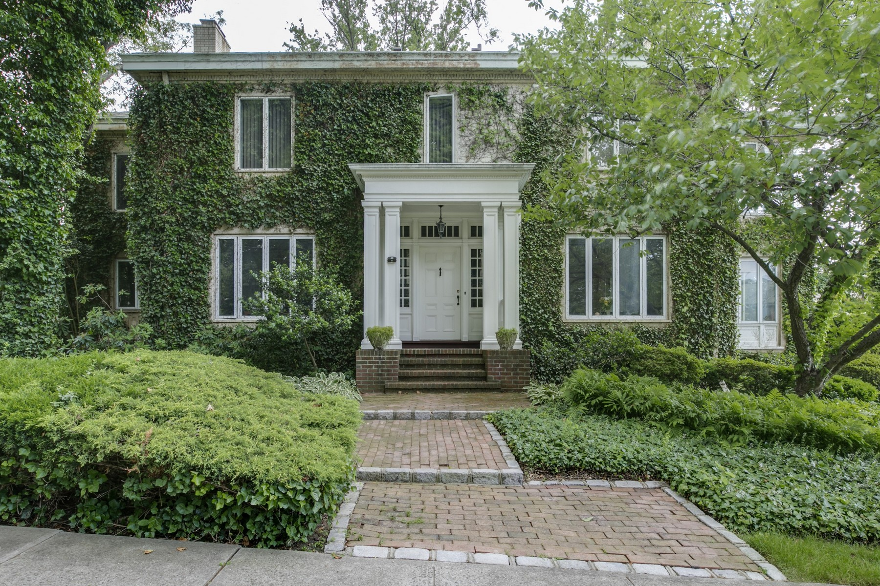 独户住宅 为 销售 在 Colonial 8 Grosvenor St 道格拉斯顿, 纽约州, 11363 美国