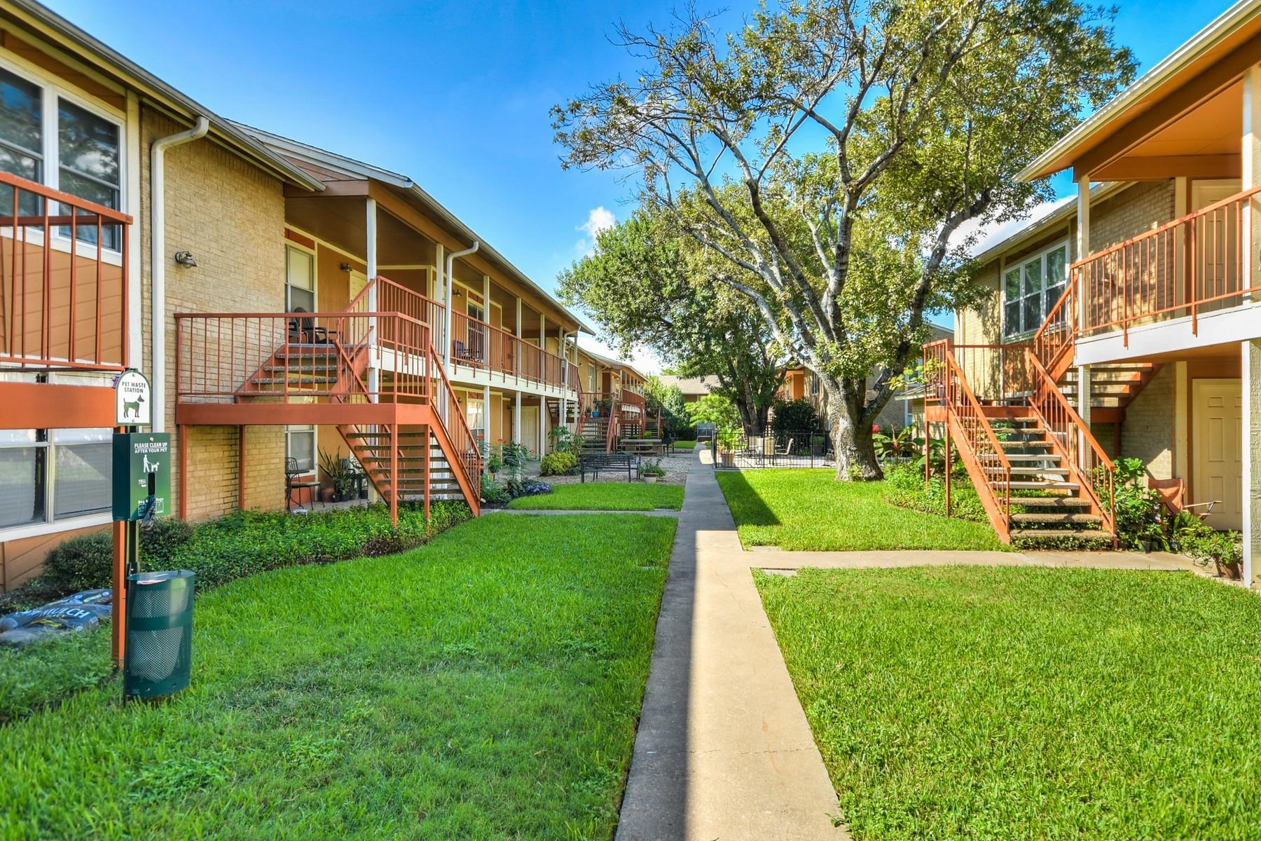 Piso por un Venta en Amazing Condo in the Heart of North Shoal Creek 2450 Ashdale Dr 215 Austin, Texas 78757 Estados Unidos