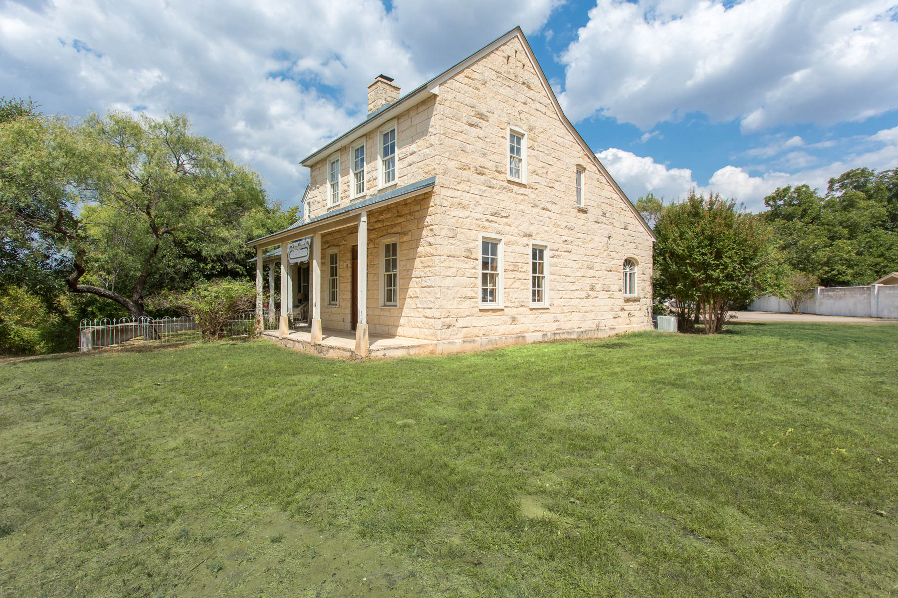 Additional photo for property listing at Texas Hill Country Style Homes in Fredericksburg 605 E Austin St Fredericksburg, Texas 78624 Estados Unidos