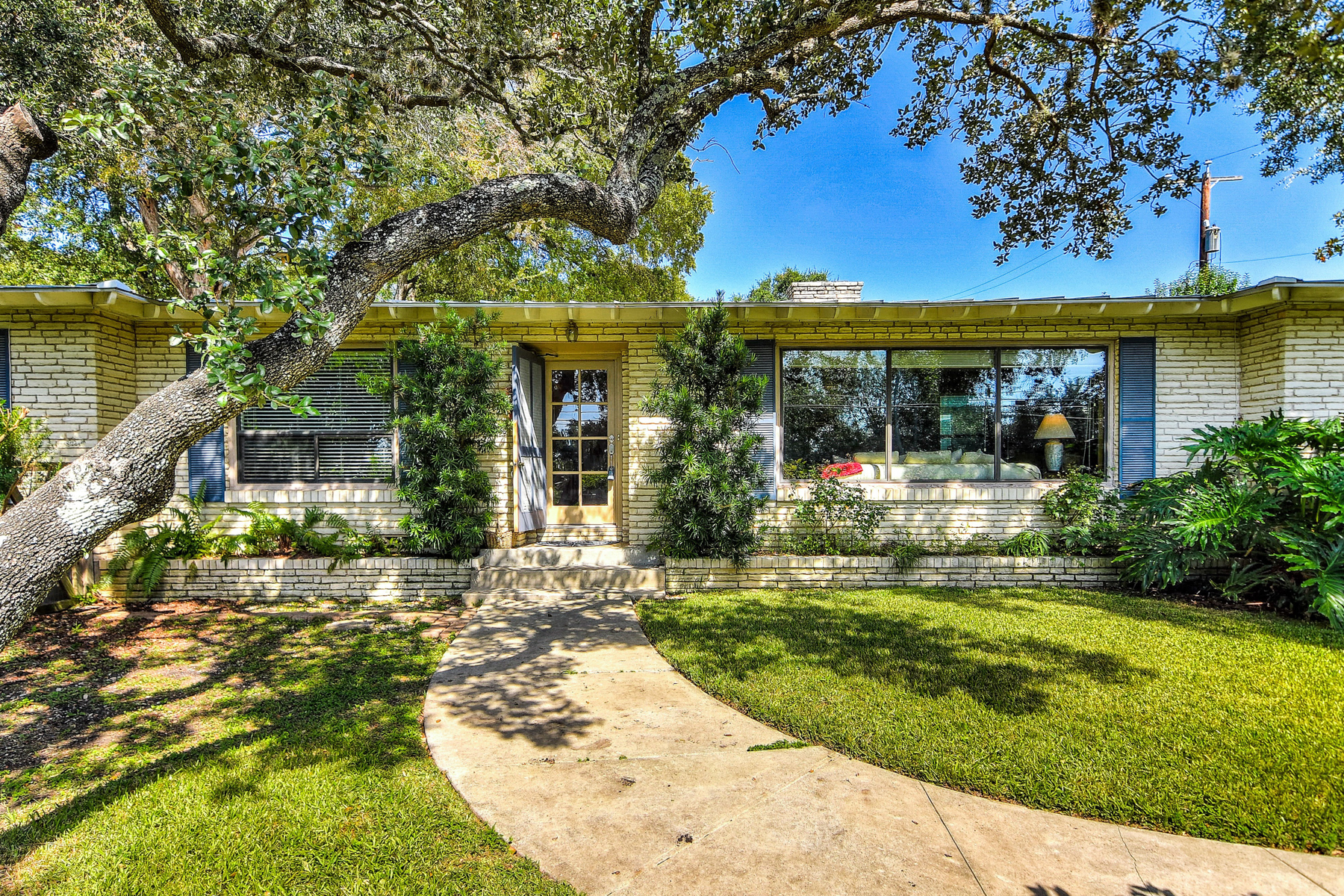 Additional photo for property listing at Great One-Story in Terrell Hills 345 Burr Rd San Antonio, Texas 78209 United States