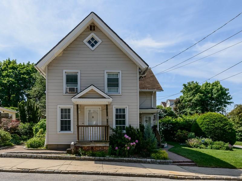 Nhà ở nhiều gia đình vì Bán tại Colonial 38 Second Ave Port Washington, New York, 11050 Hoa Kỳ