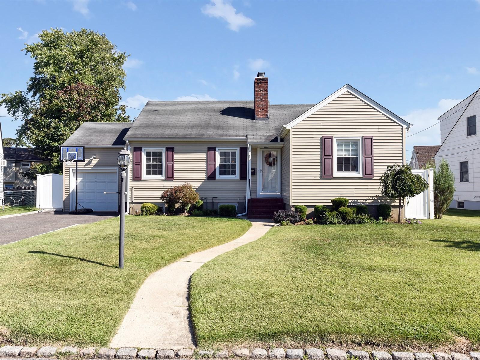 Casa para uma família para Venda às Ranch 7 Quail Pl East Rockaway, Nova York 11518 Estados Unidos