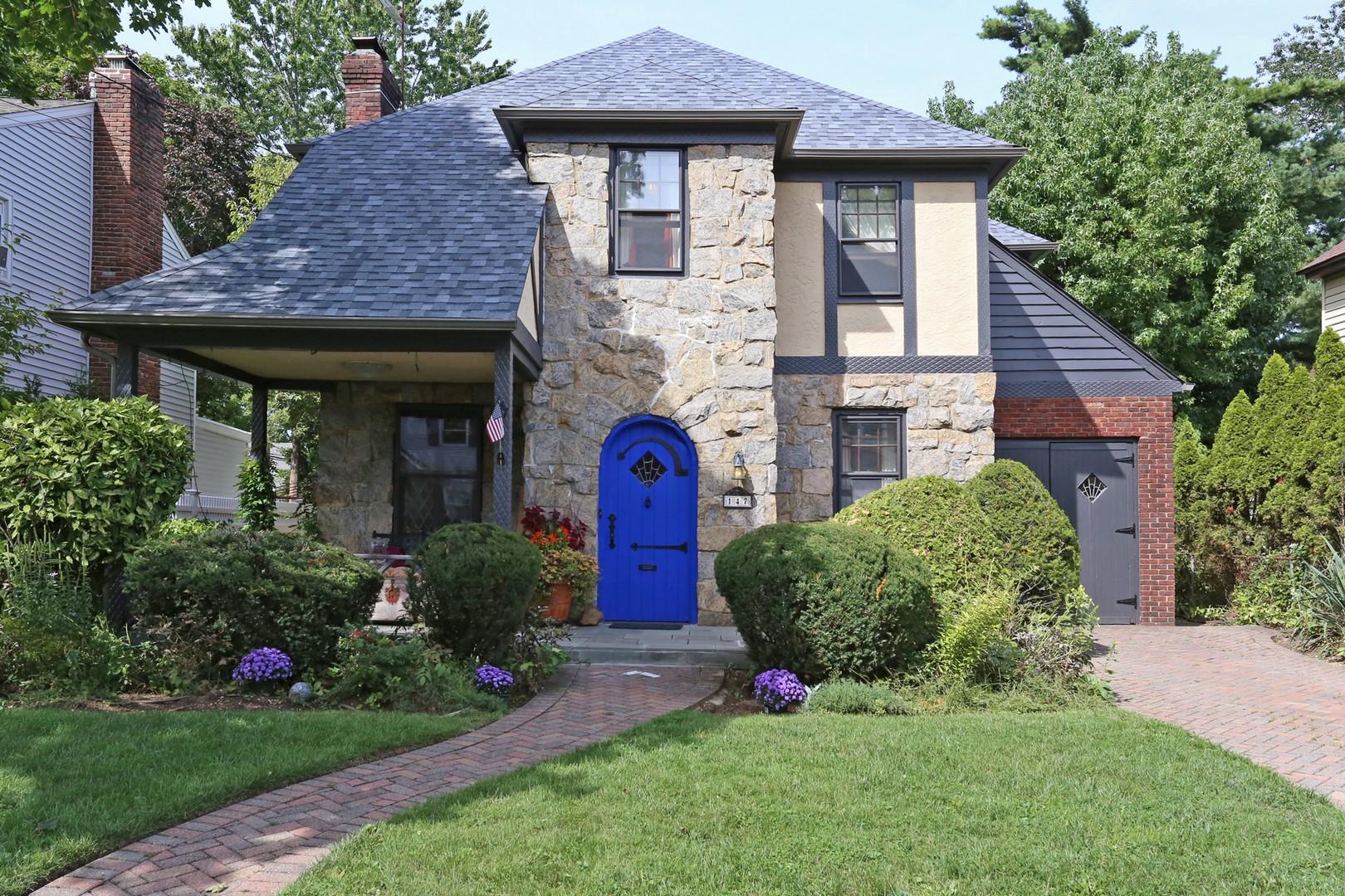 Einfamilienhaus für Verkauf beim Tudor 147 Wright Ave Malverne, New York, 11565 Vereinigte Staaten