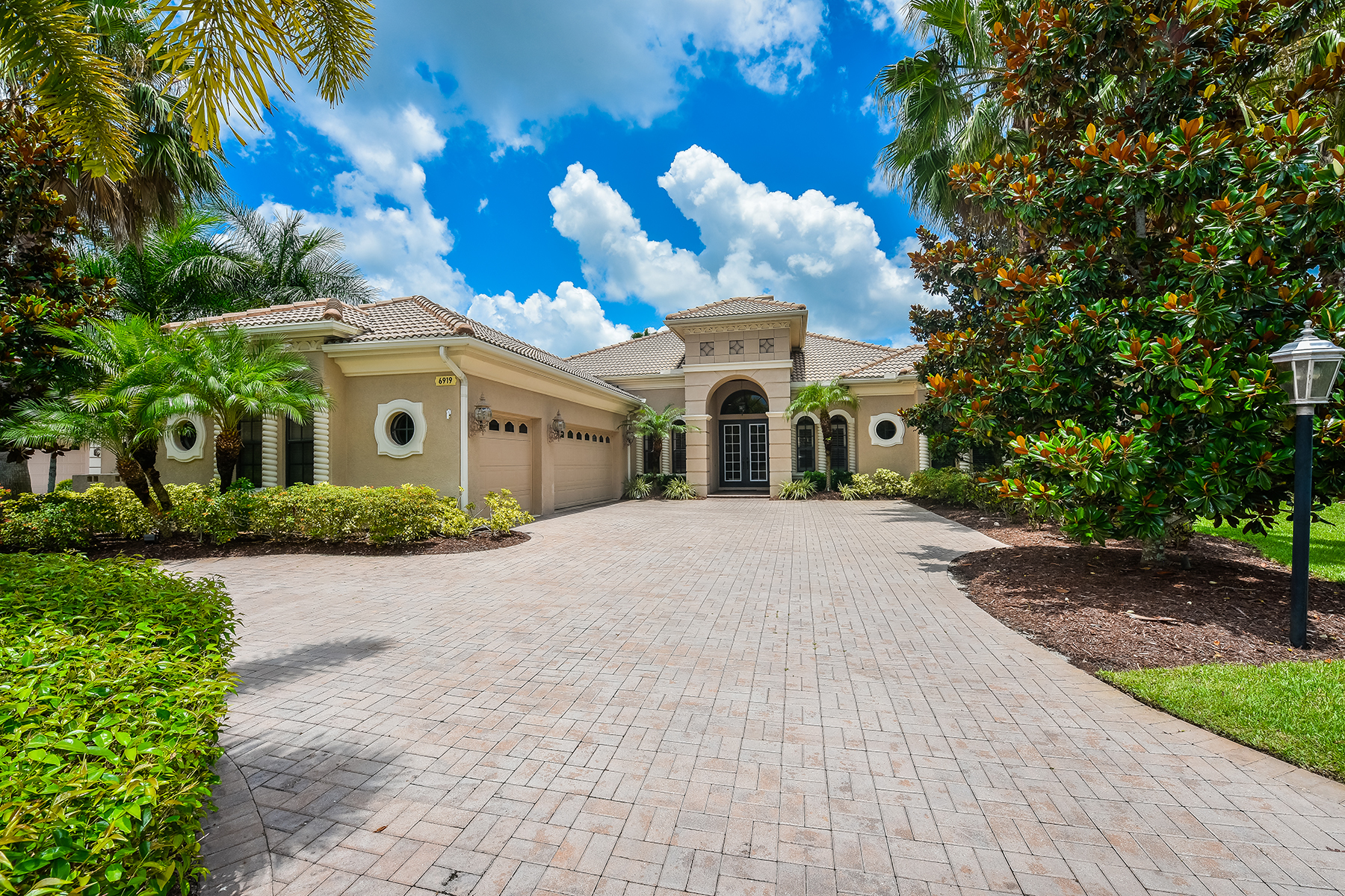 Single Family Home for Sale at DOMINION 6919 Dominion Ln Lakewood Ranch, Florida, 34202 United States