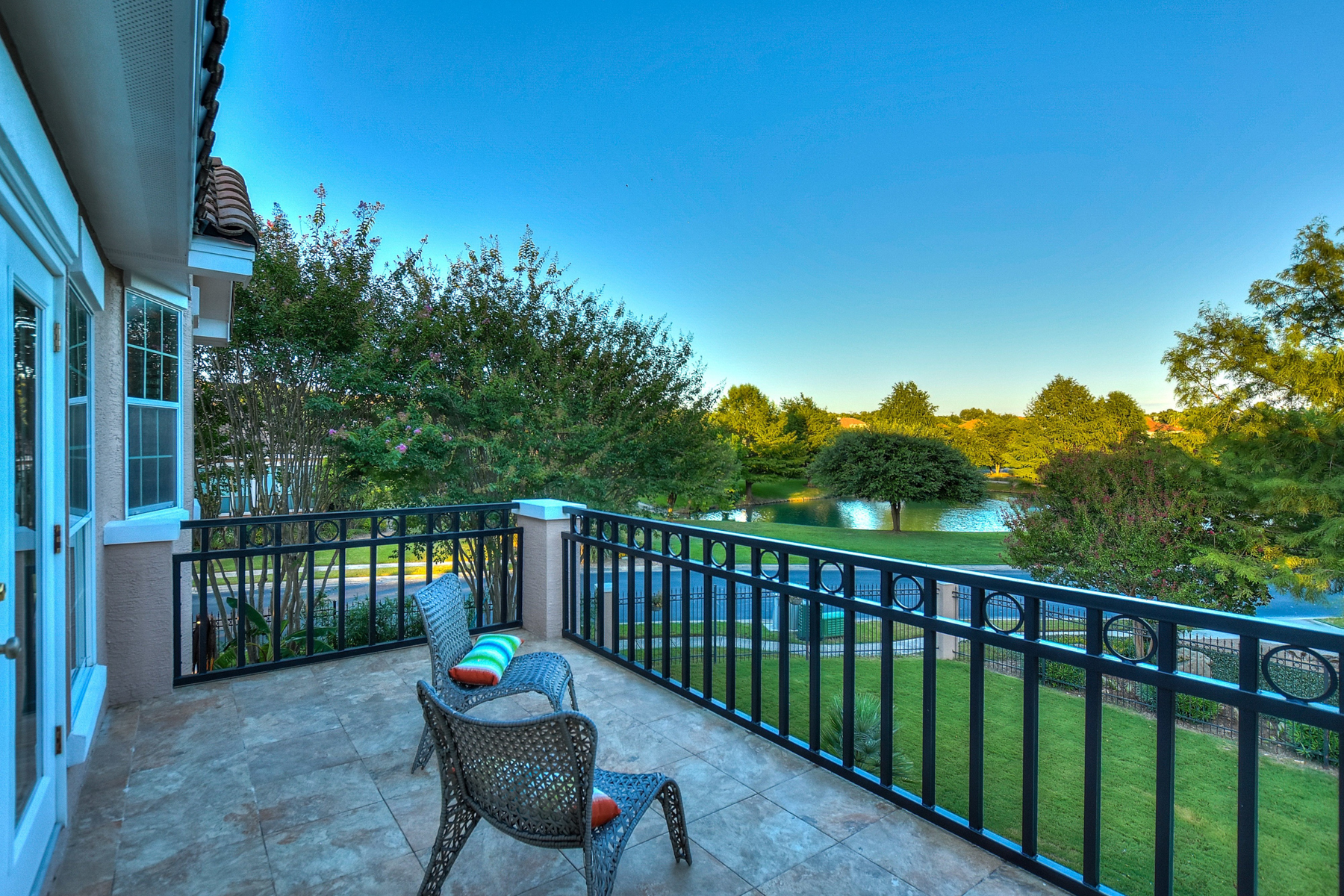 Additional photo for property listing at Serene and Unique Gem in Edgewater 18 Lake Bridge Dr San Antonio, Texas 78248 United States
