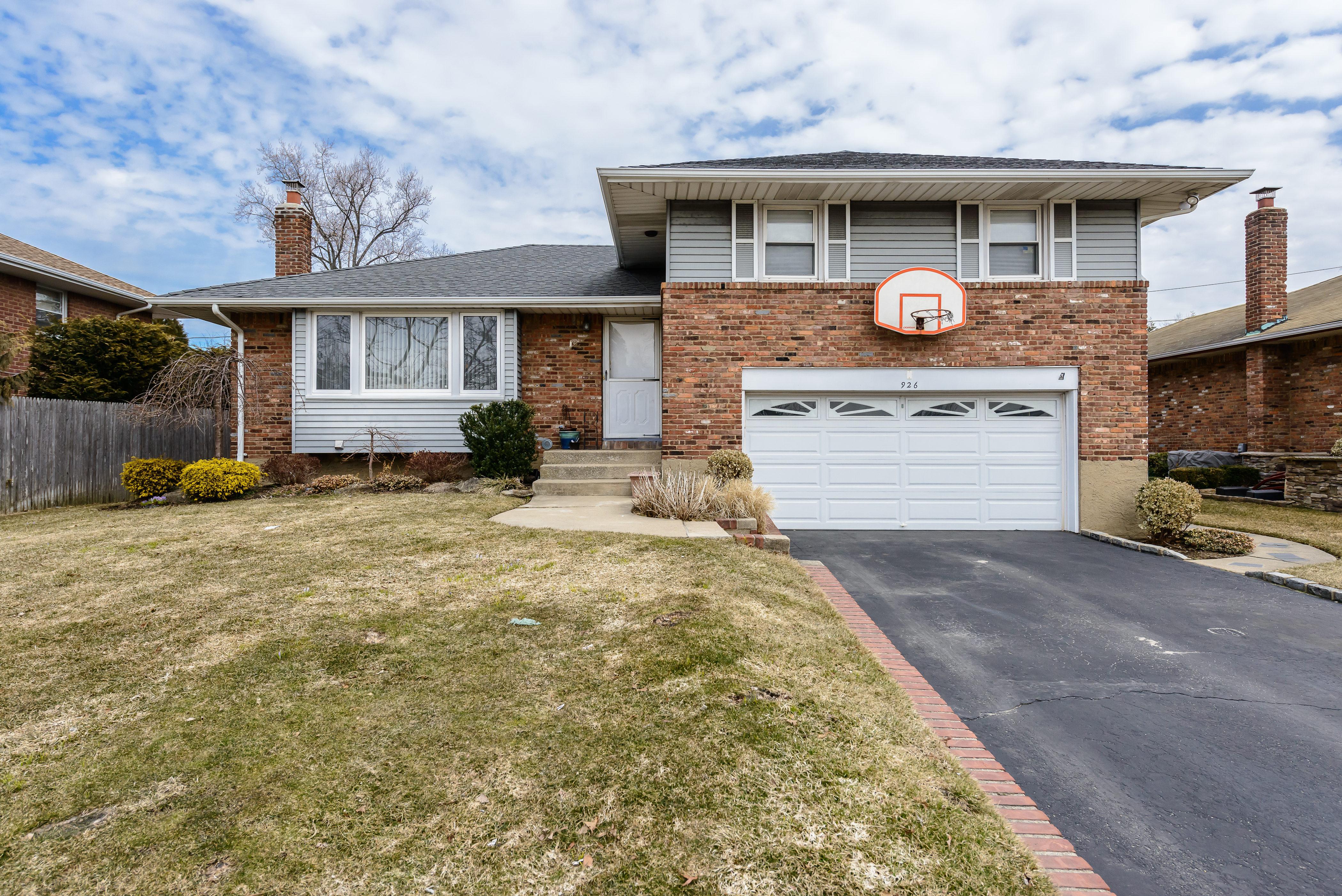 Einfamilienhaus für Verkauf beim Split 926 Westbury Rd Westbury, New York 11590 Vereinigte Staaten