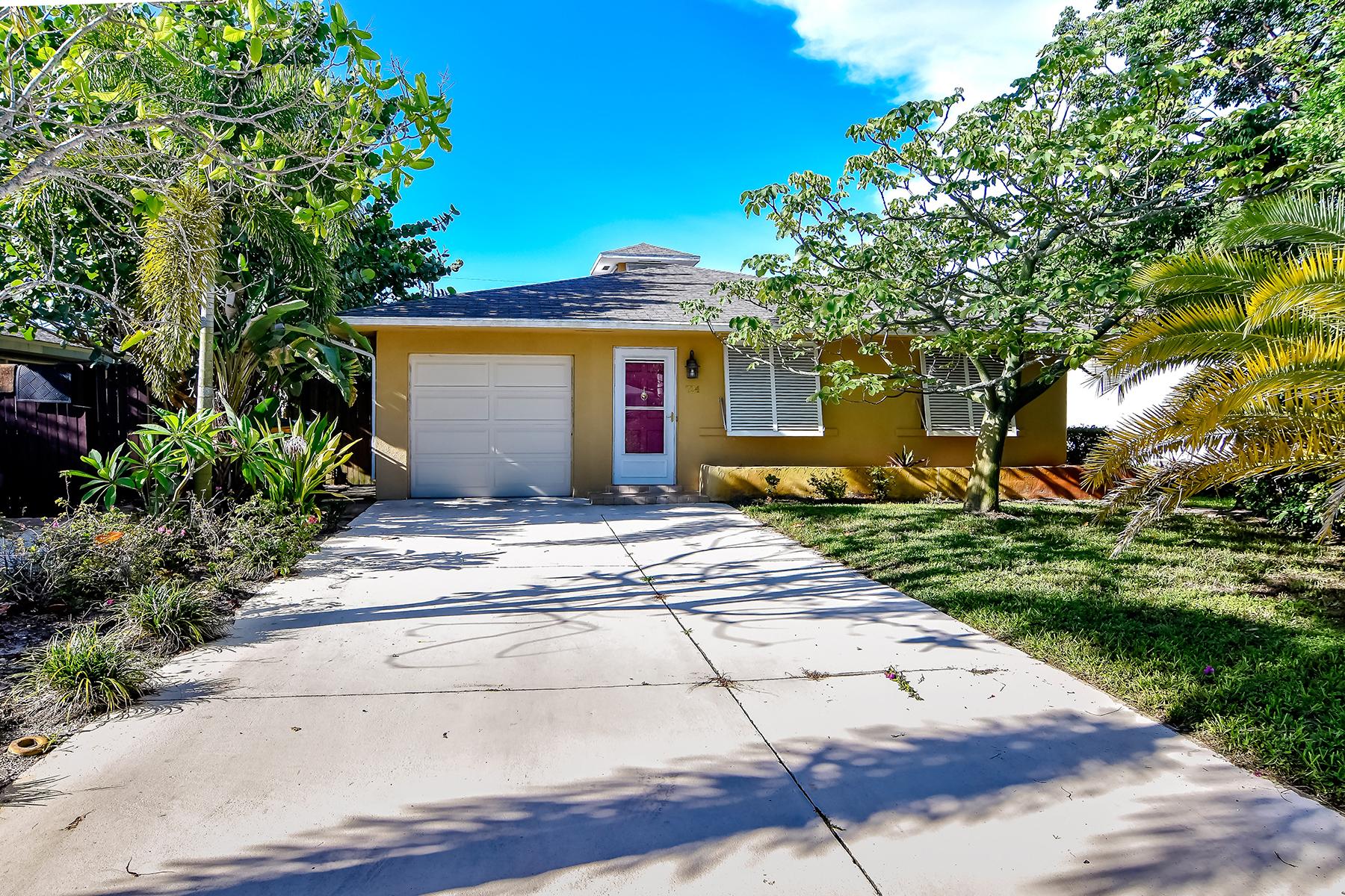 Casa Unifamiliar por un Venta en NAPLES PARK-NAPLES PARK 724 94th Ave N Naples, Florida 34108 Estados Unidos