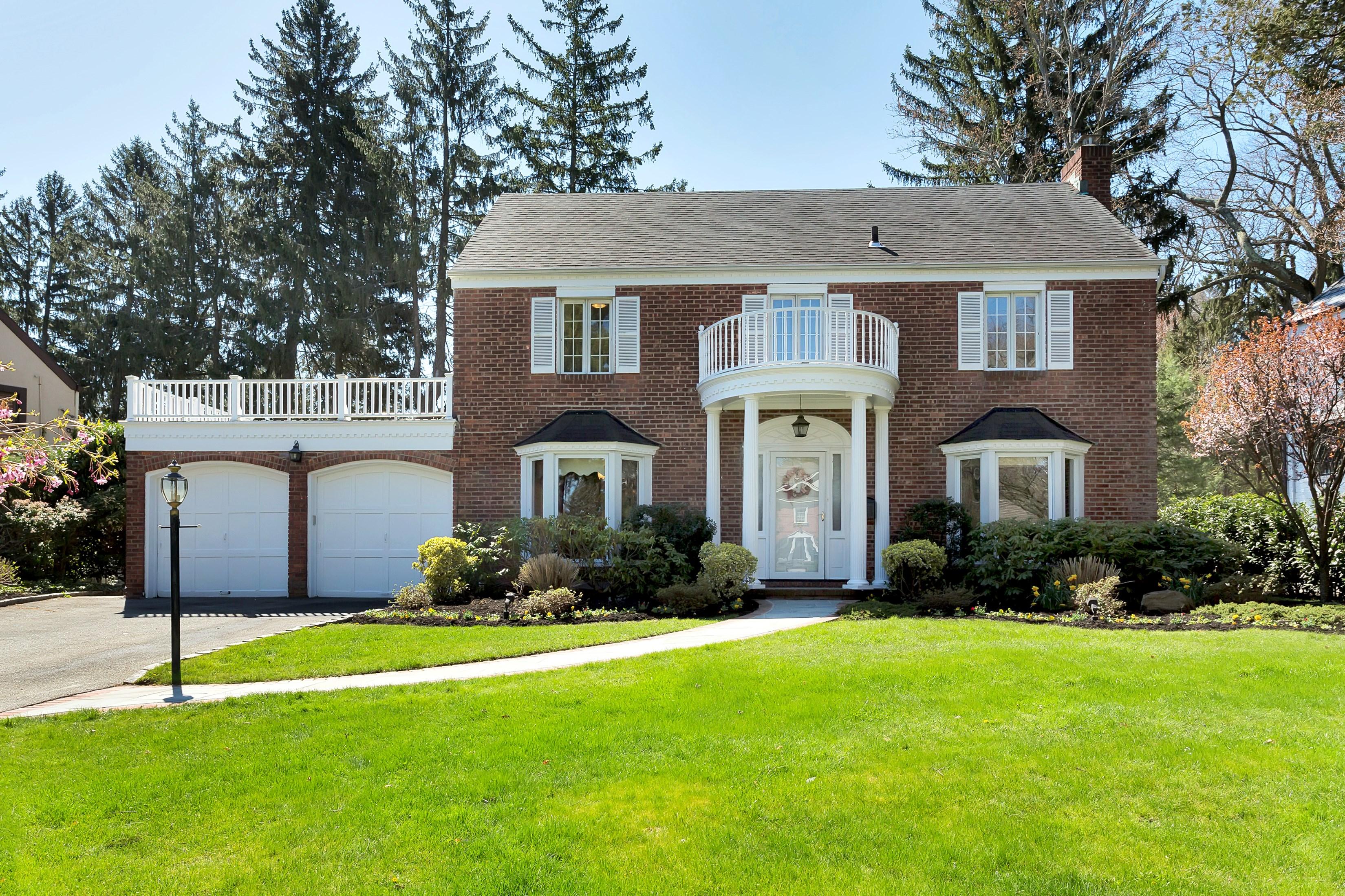 独户住宅 为 销售 在 Colonial 16 Hilltop Dr 曼哈塞特, 纽约州, 11030 美国