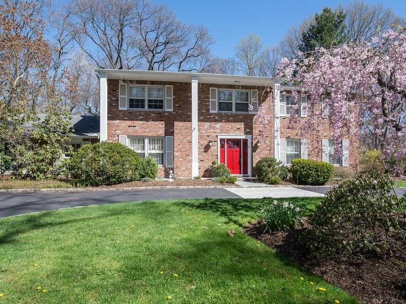 Nhà ở một gia đình vì Bán tại Colonial 2 Sierks Ln Roslyn Harbor, New York, 11576 Hoa Kỳ