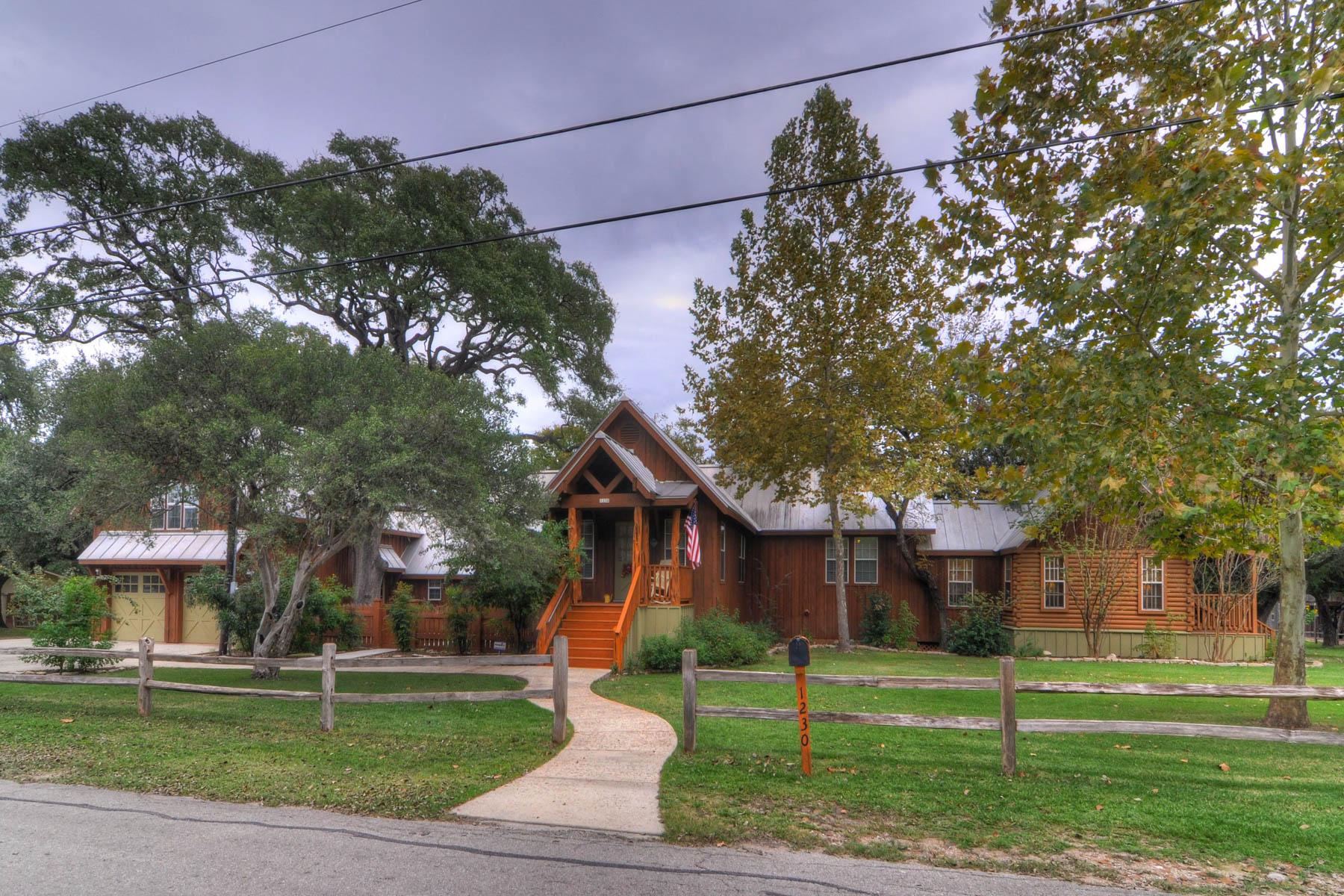 Maison unifamiliale pour l Vente à Gruene River Guest House on the Guadalupe River 1230 Sleepy Hollow New Braunfels, Texas 78130 États-Unis
