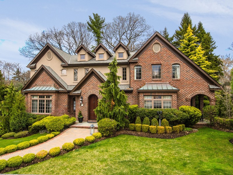 Maison unifamiliale pour l Vente à Colonial 113 Schoolhouse Ln Roslyn Heights, New York 11577 États-Unis
