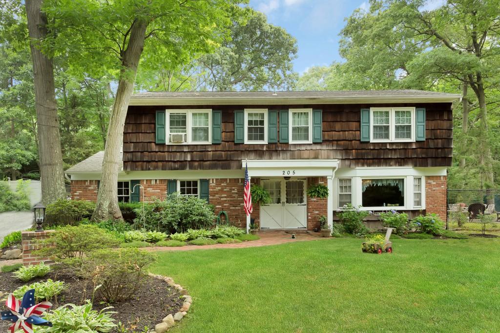 Einfamilienhaus für Verkauf beim Splanch 205 Cuba Hill Rd Huntington, New York, 11743 Vereinigte Staaten