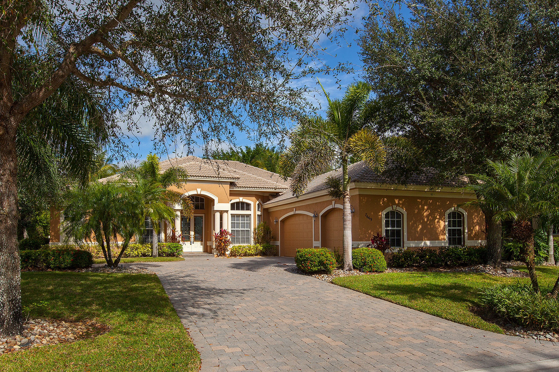 Vivienda unifamiliar por un Venta en FIDDLER'S CREEK - MULBERRY ROW 7669 Mulberry Ct Naples, Florida 34114 Estados Unidos