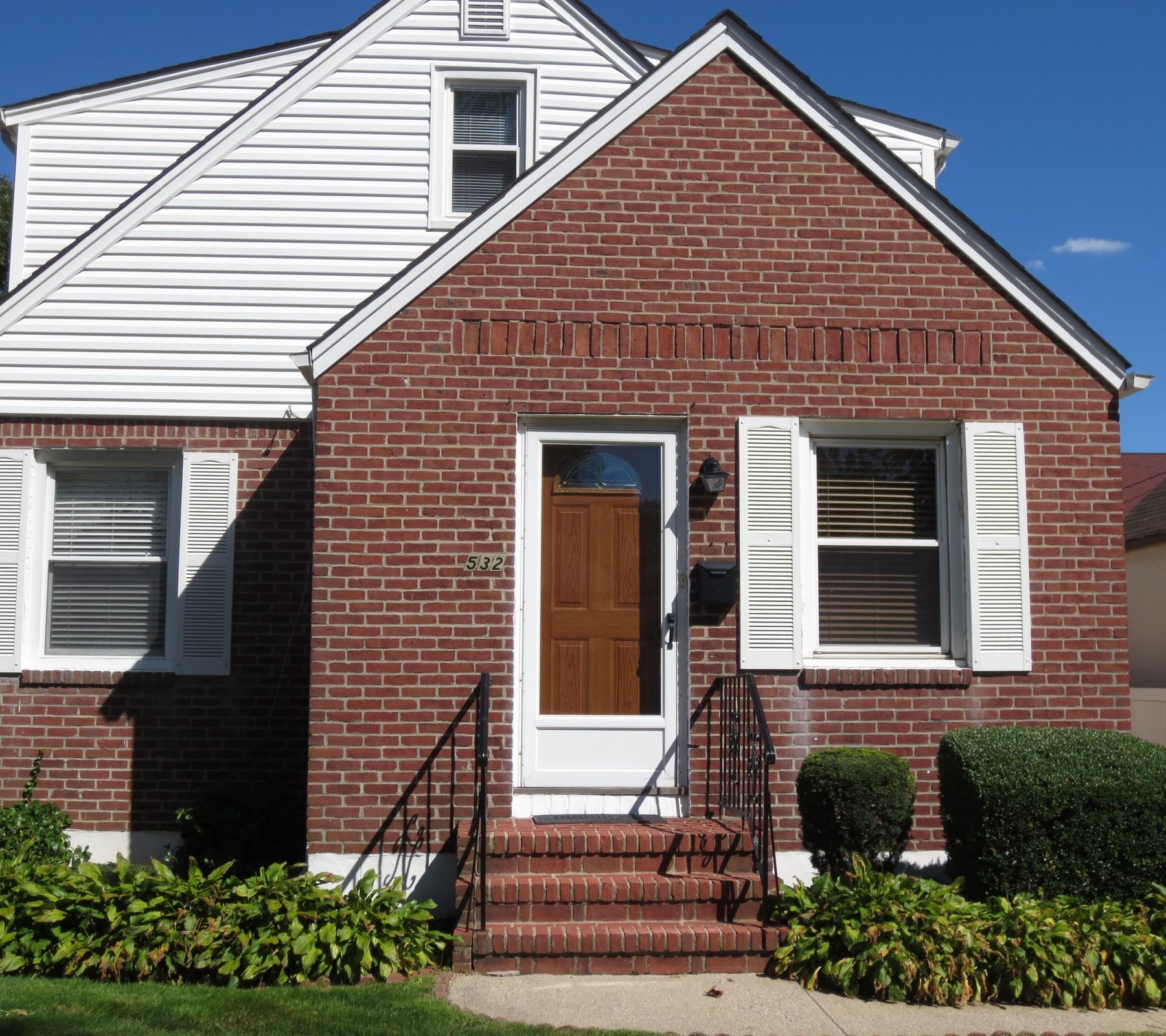 Einfamilienhaus für Verkauf beim Cape 532 Liberty Ave Williston Park, New York, 11596 Vereinigte Staaten
