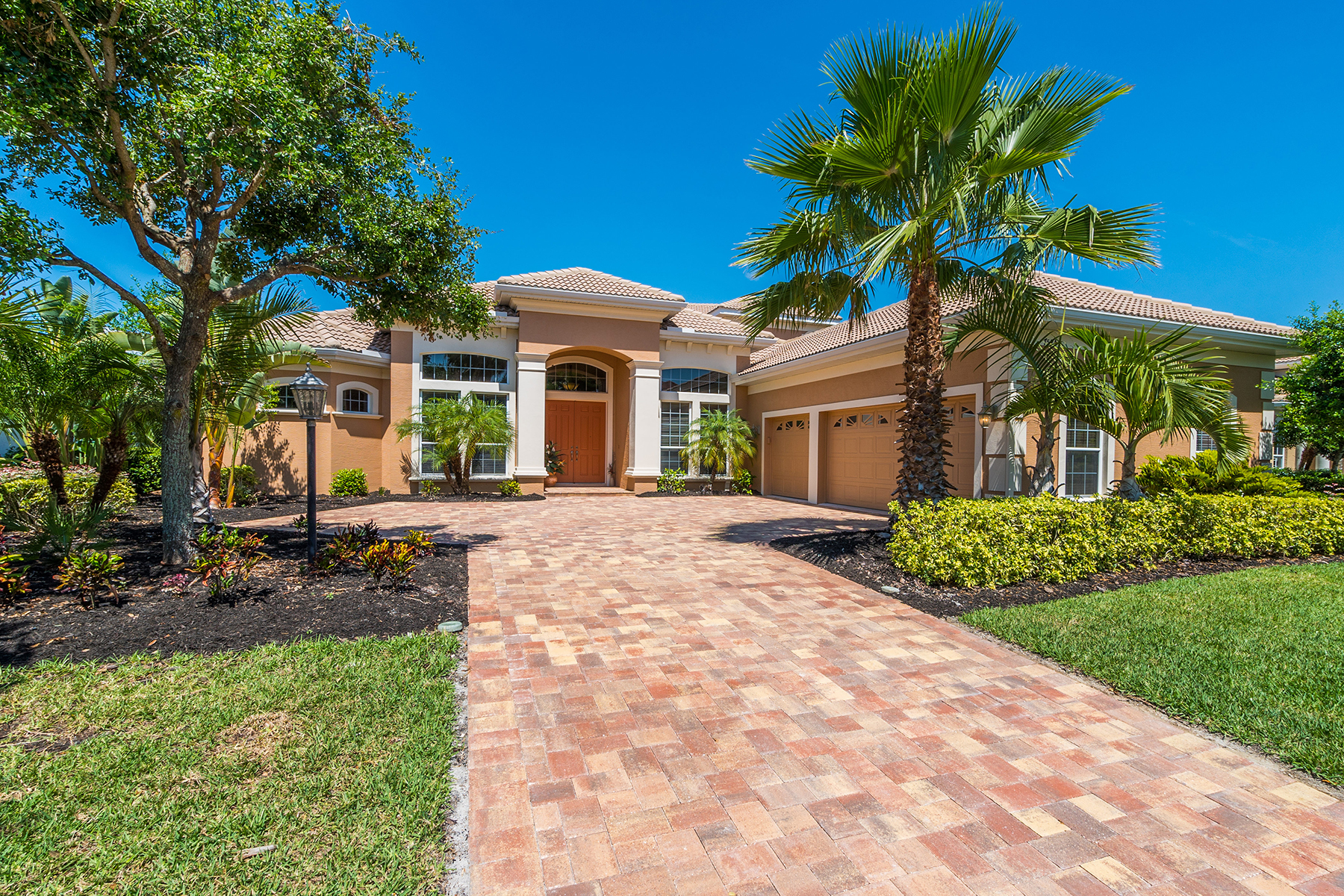 Single Family Home for Sale at LAKEWOOD RANCH COUNTRY CLUB 7524 Rigby Ct Lakewood Ranch, Florida, 34202 United States