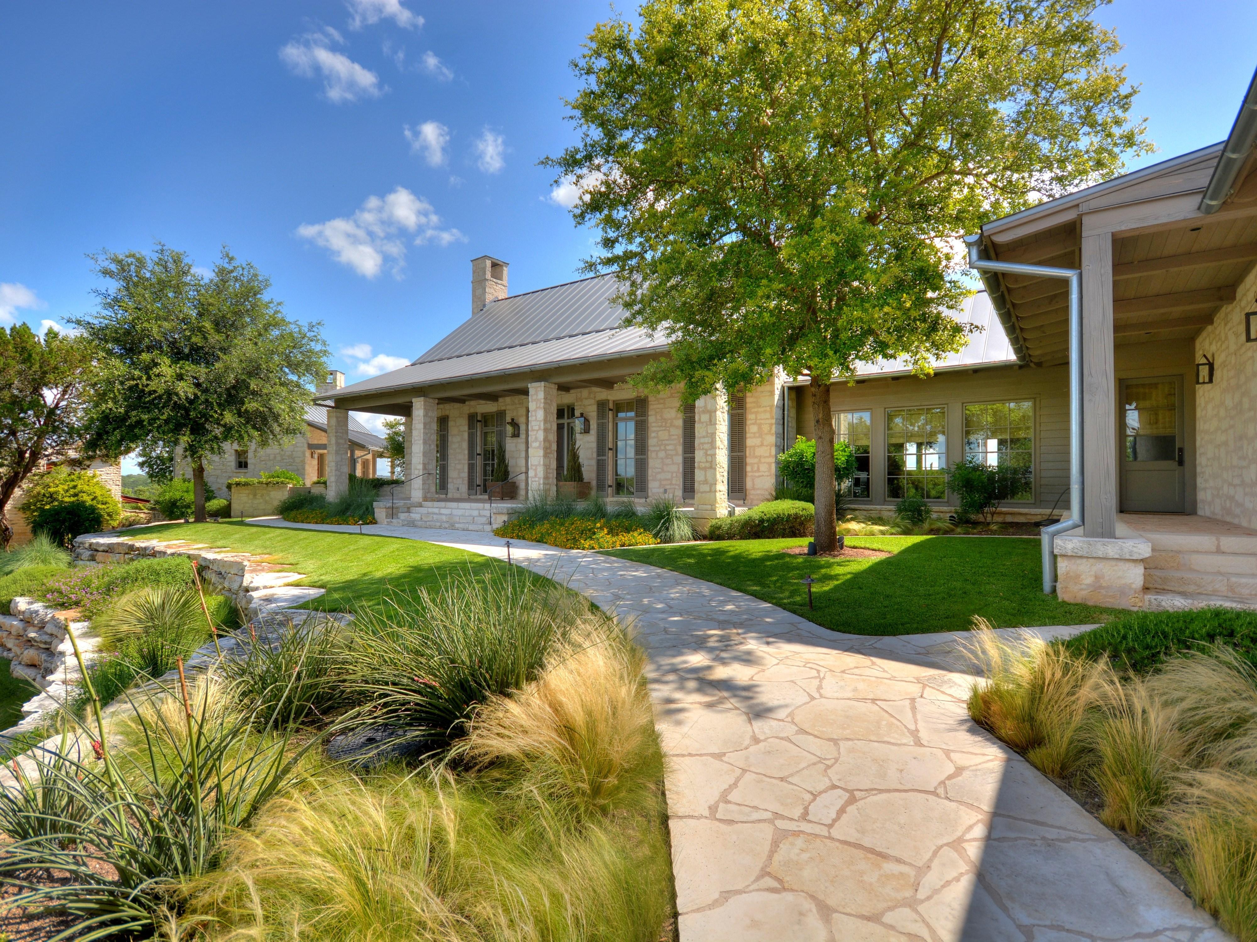 Villa per Vendita alle ore Distinctive Lakefront Home with Remarkable Views 2913 Marina Shores Dr Austin, Texas 78669 Stati Uniti