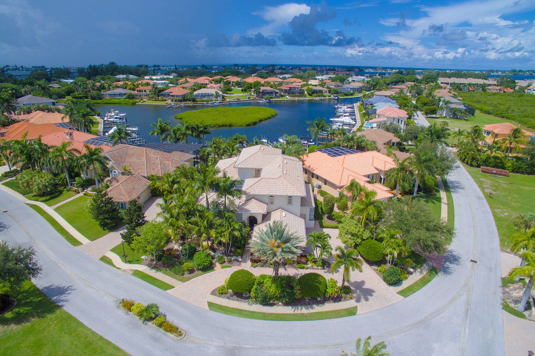 Maison unifamiliale pour l Vente à HARBOUR LANDINGS ESTATES 4004 Commodore Blvd Cortez, Florida, 34215 États-Unis