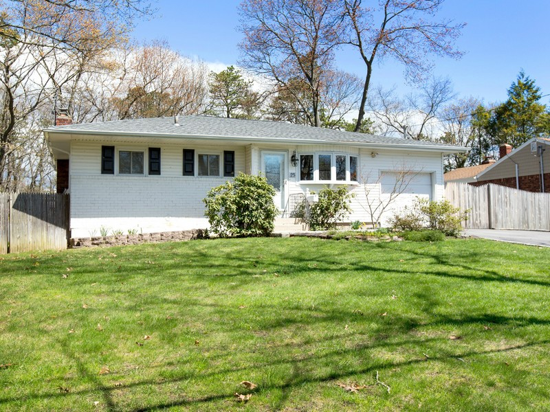 Single Family Home for Sale at Ranch 25 Harvard Ln Commack, New York 11725 United States
