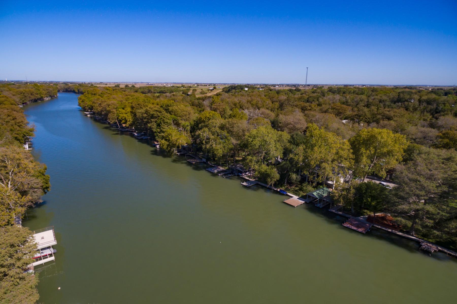 Additional photo for property listing at Gorgeous Waterfront Property on Lake McQueeney 484 Laguna Vista Seguin, Texas 78155 Estados Unidos