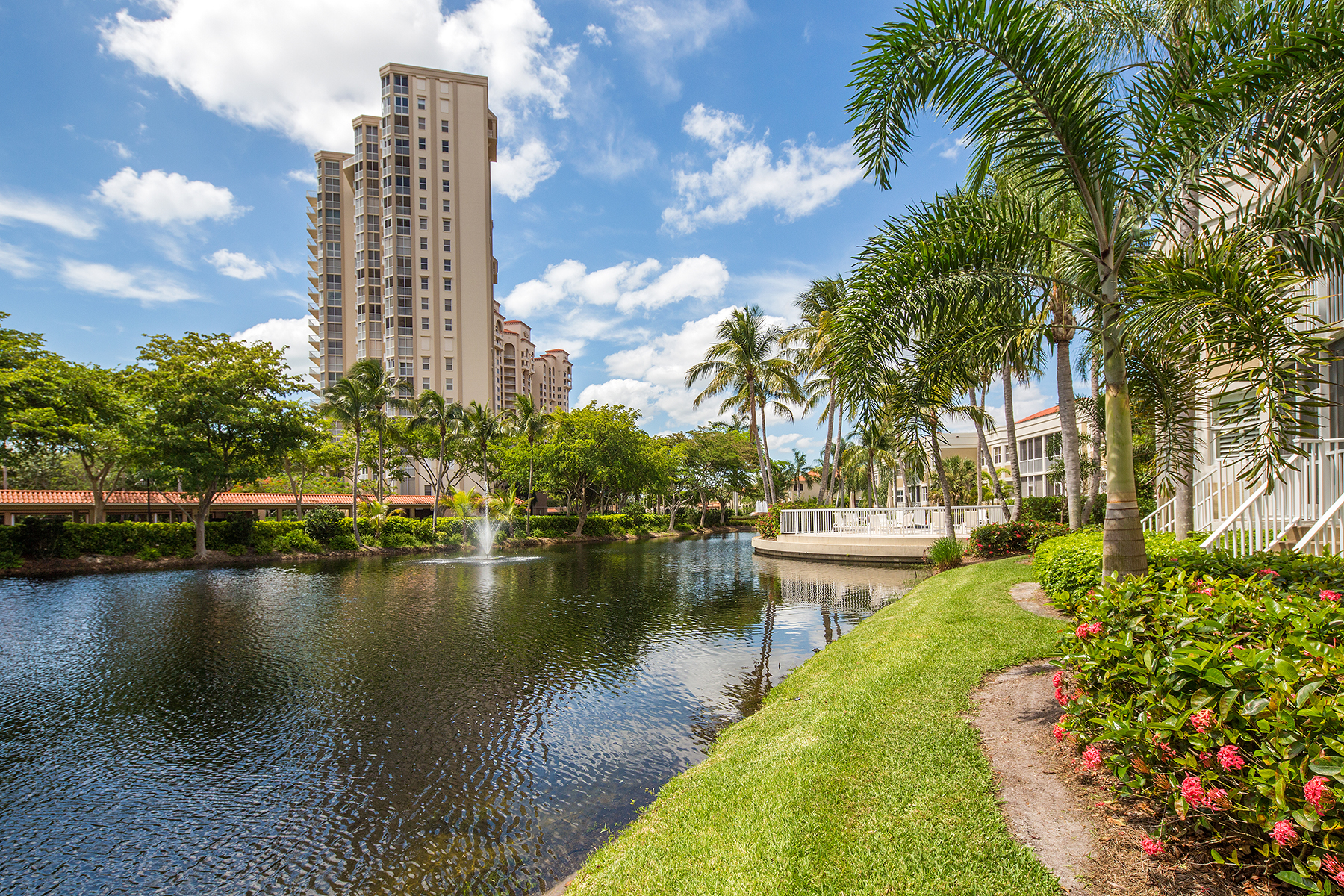 共管式独立产权公寓 为 销售 在 St. Vincents 6549 Marissa Loop 17 Pelican Bay, 那不勒斯, 佛罗里达州, 34108 美国