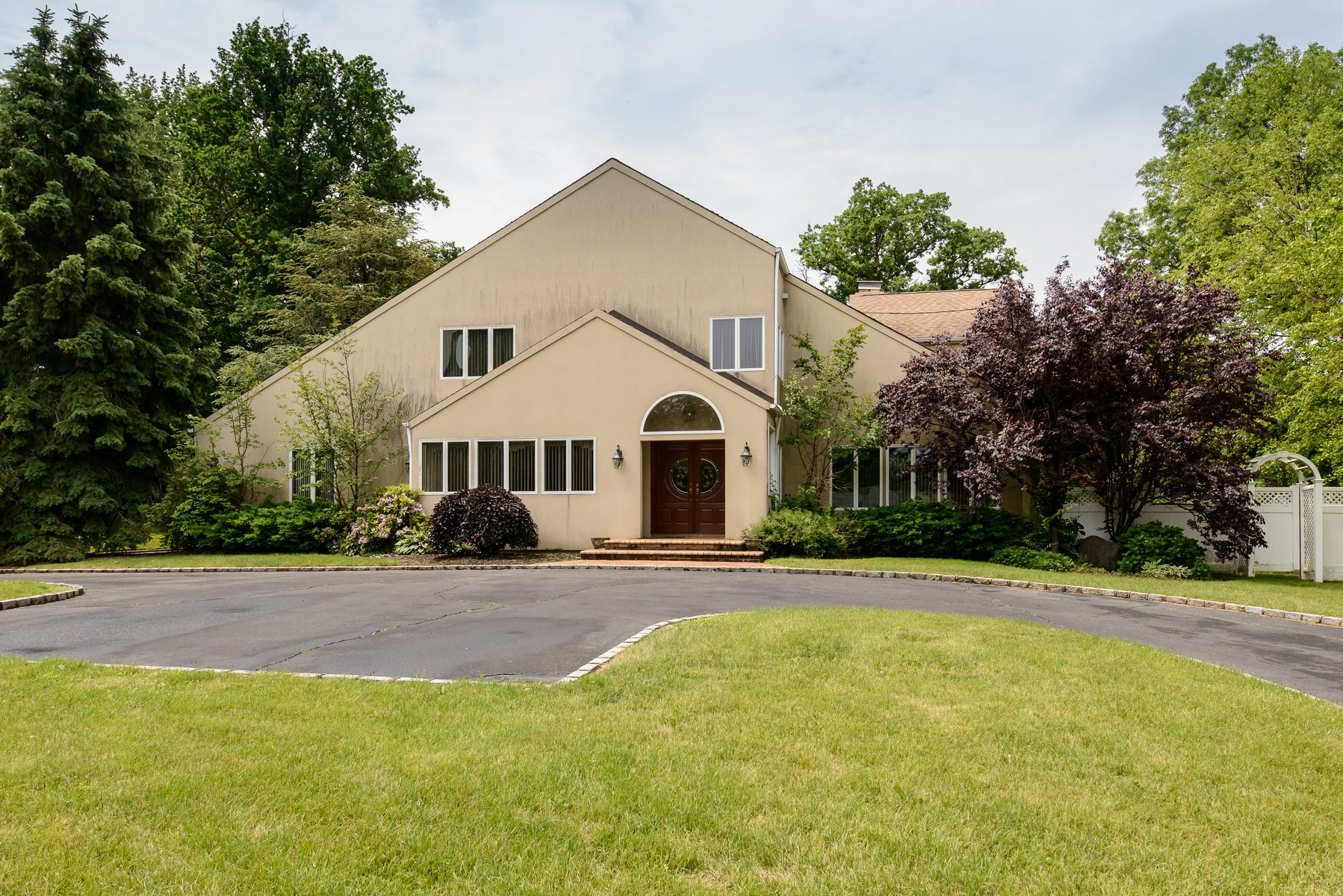 Single Family Home for Sale at Colonial 7 Beatrice Ln Glen Cove, New York 11542 United States