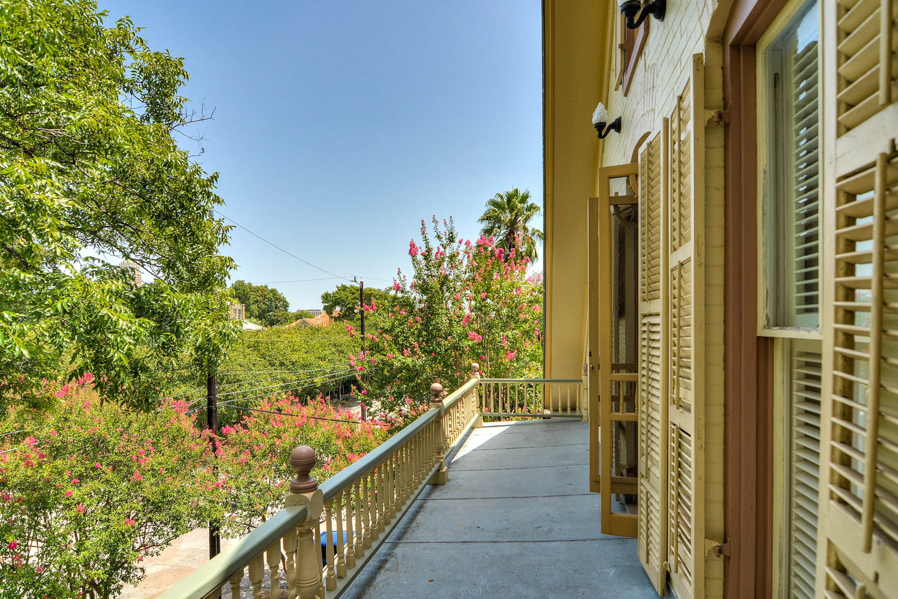 Additional photo for property listing at Majestic, Yet Wonderfully Urban King William Home 202 Madison St San Antonio, Texas 78204 United States