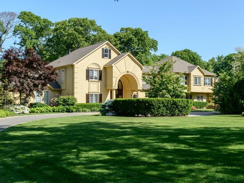 Casa para uma família para Venda às Colonial 18-20 Meadowood Ln Brookville, Nova York 11545 Estados Unidos