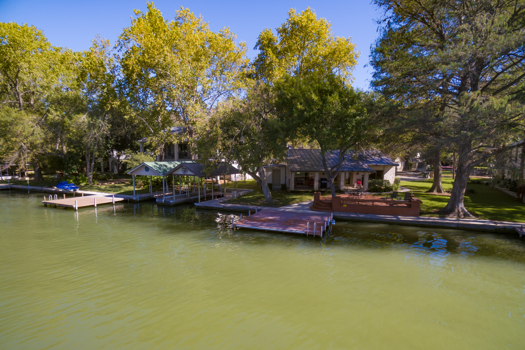 Additional photo for property listing at Gorgeous Waterfront Property on Lake McQueeney 484 Laguna Vista Seguin, Texas 78155 United States