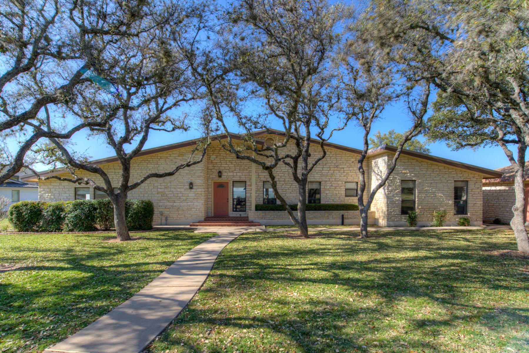 Nhà ở một gia đình vì Bán tại Stunning Waterfront Location on the Lake 108 Emeralds Dr Burnet, Texas, 78611 Hoa Kỳ