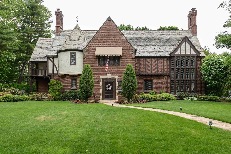 Nhà ở một gia đình vì Bán tại Tudor 83 Westminster Rd Garden City, New York, 11530 Hoa Kỳ