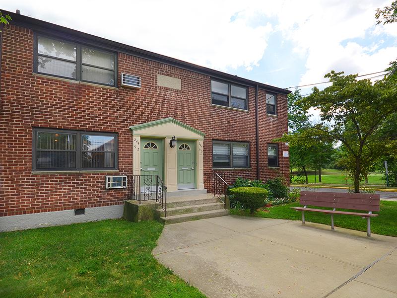 Apartamento para Venda às Co-Op 244-92 61st Ave 1 Lower Douglaston, Nova York, 11362 Estados Unidos