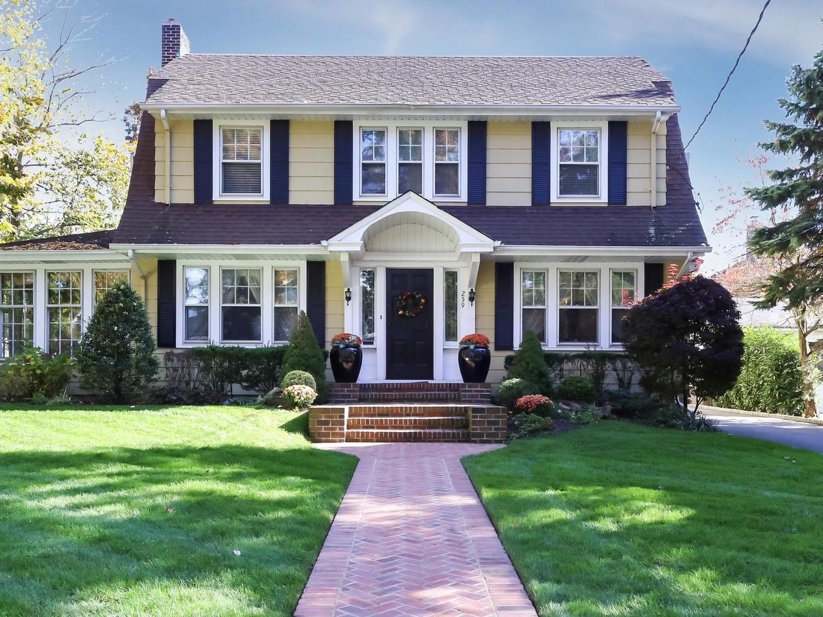 独户住宅 为 销售 在 Spacious Center Hall Colonial 259 Hempstead Ave 罗克韦尔市, 纽约州 11570 美国