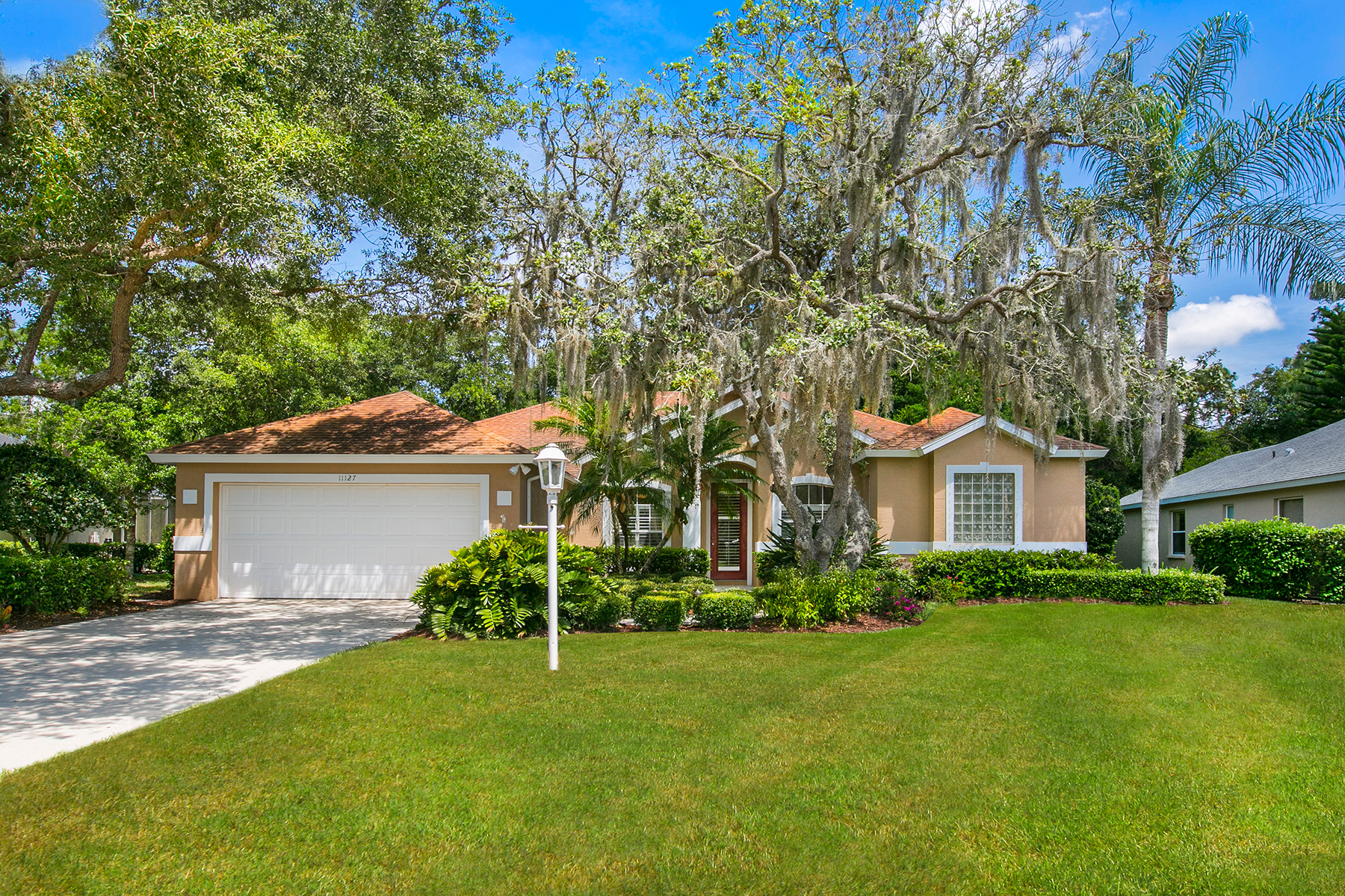Single Family Home for Sale at SUMMERFIELD WOODS AND BLUFFS 11127 Pine Lilly Pl Lakewood Ranch, Florida, 34202 United States