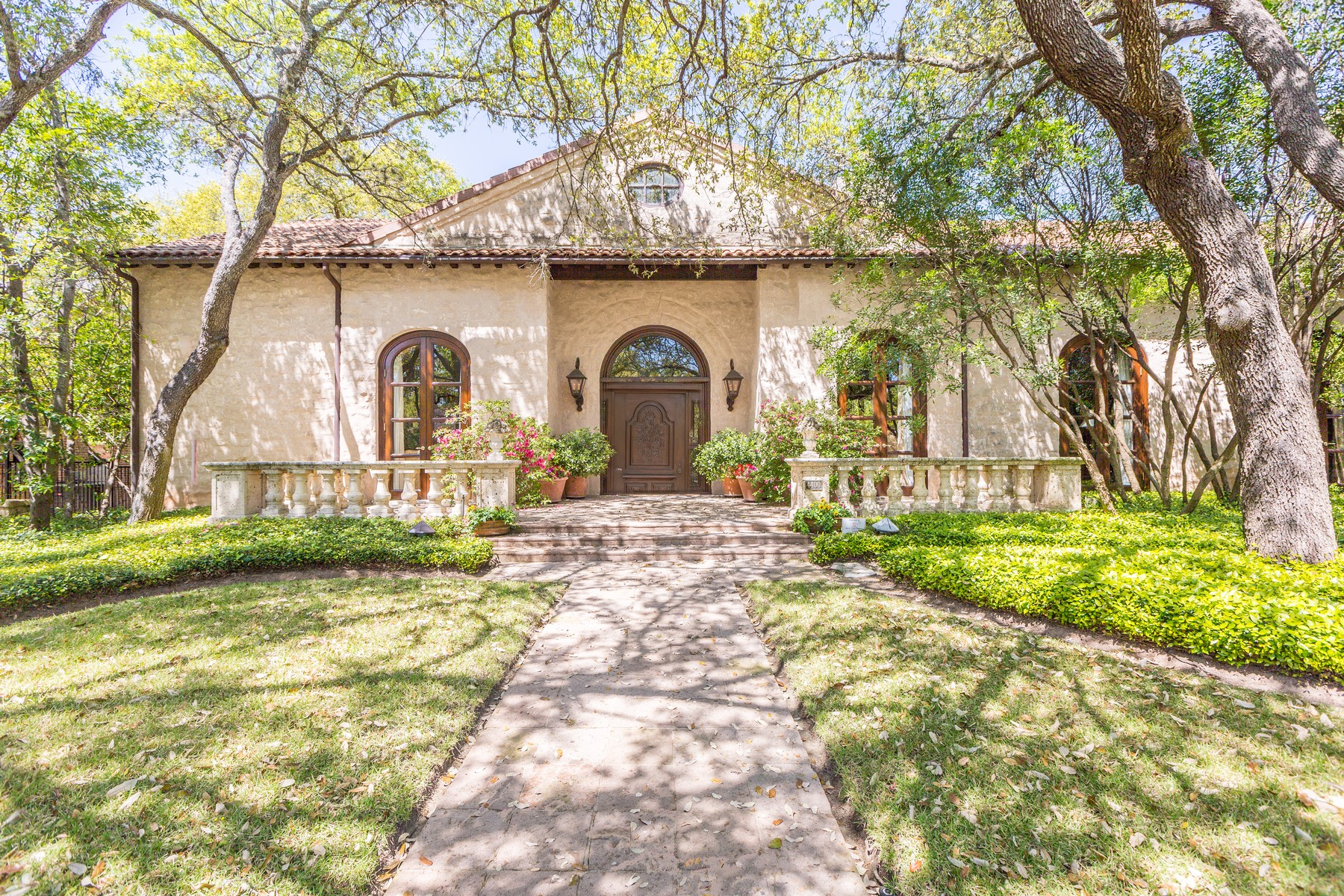 Villa per Vendita alle ore 1 Acre on the Austin Country Club 17th Fairway 4400 Long Champ Dr Austin, Texas, 78746 Stati Uniti