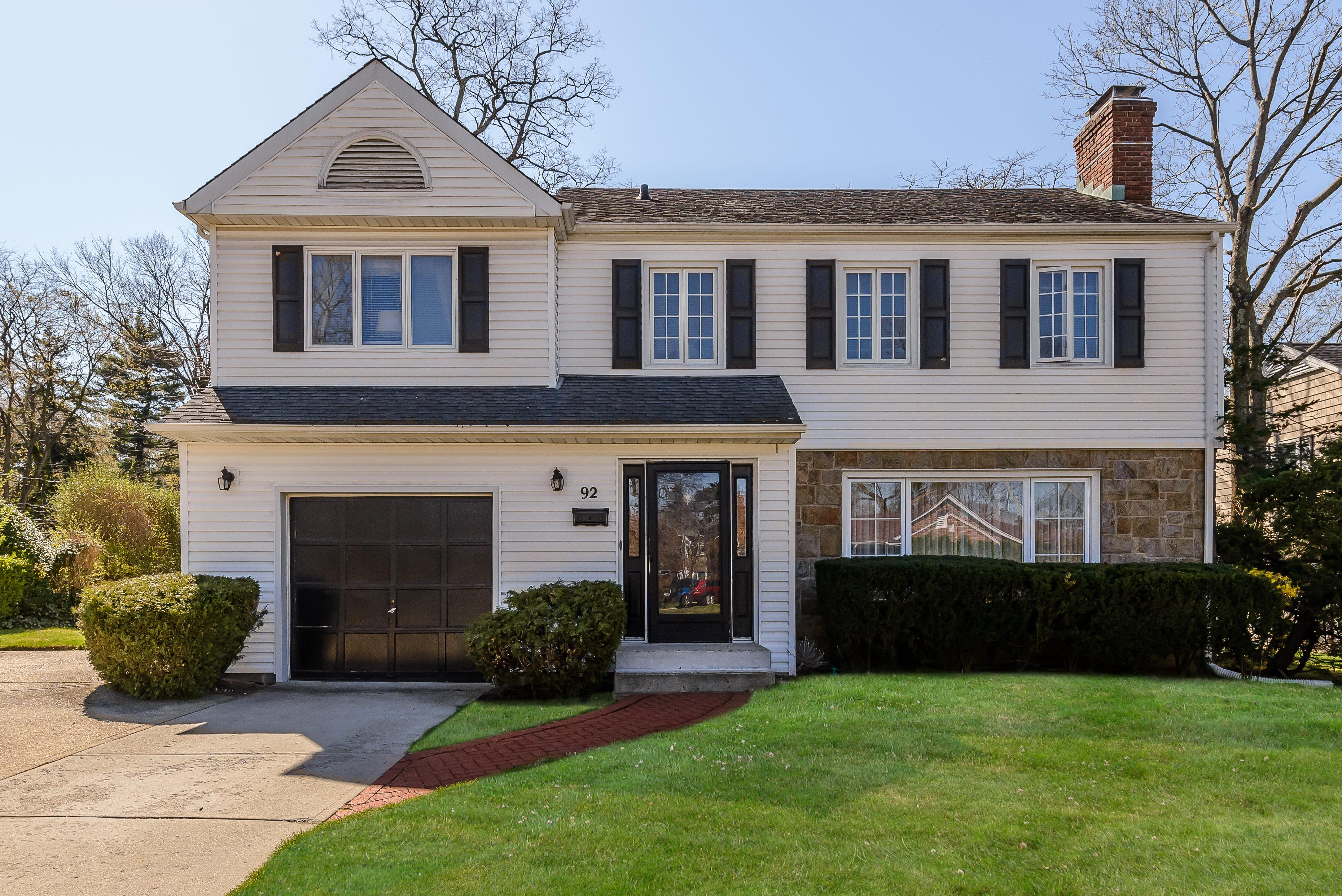 Nhà ở một gia đình vì Bán tại Colonial 92 Cove Dr Manhasset, New York, 11030 Hoa Kỳ