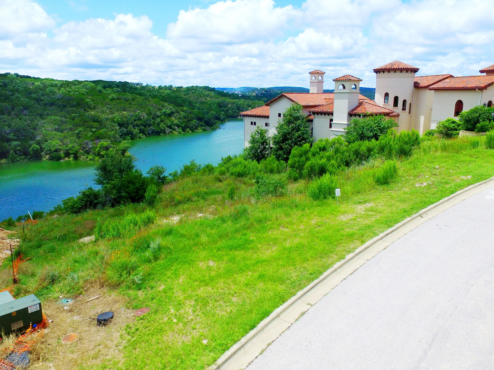 Additional photo for property listing at Prettiest Street in Rough Hollow 215 Canyon Turn Trl Austin, Texas 78734 Estados Unidos