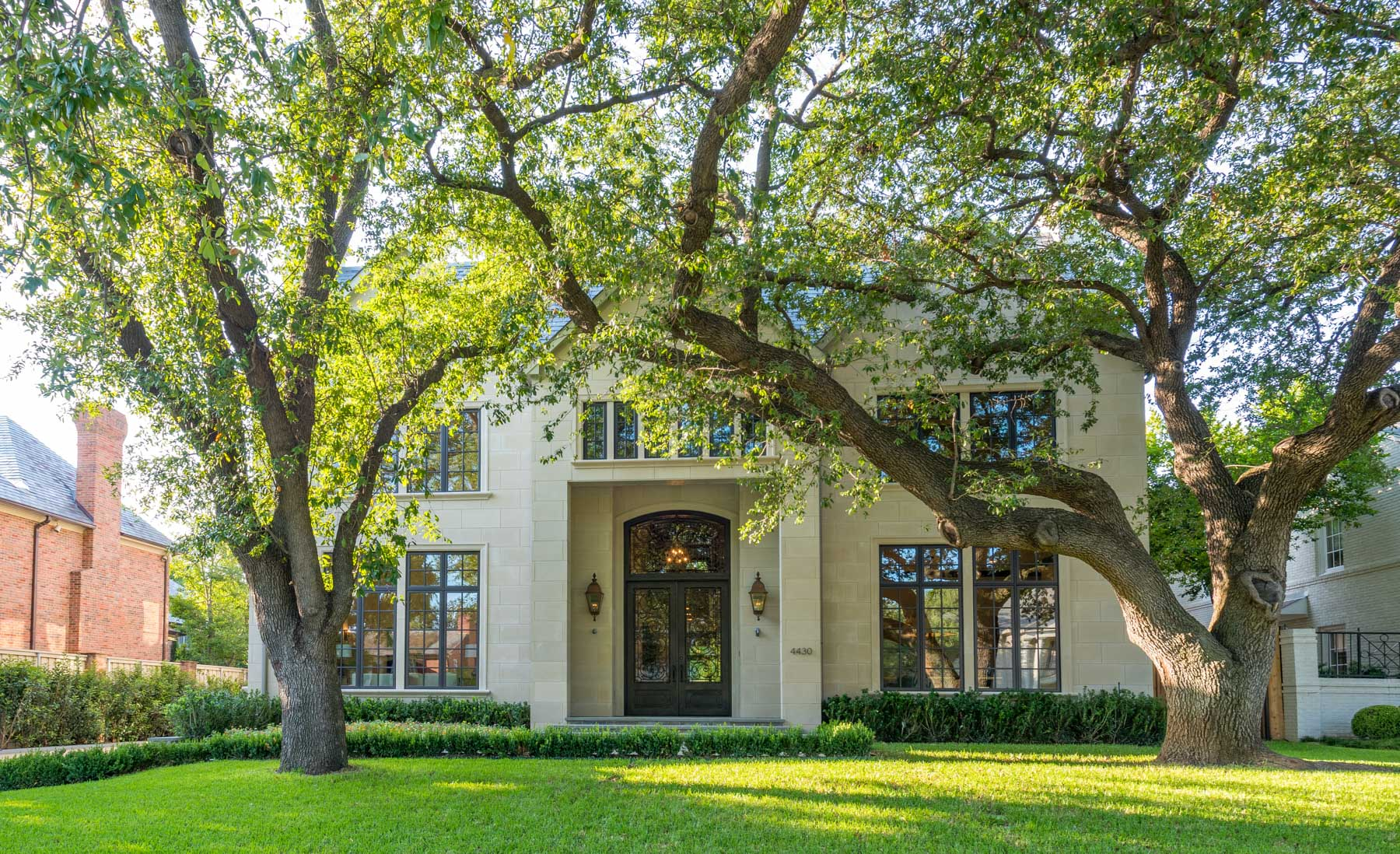 Casa Unifamiliar por un Venta en French Streets Elegant Limestone Traditional 4430 Arcady Avenue Dallas, Texas 75205 Estados Unidos