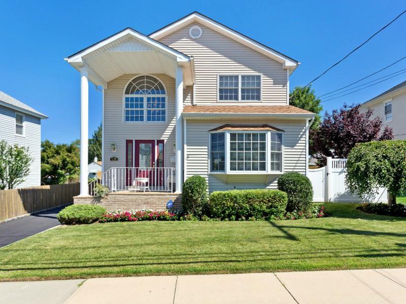 Einfamilienhaus für Verkauf beim Colonial 29 1st St Glen Cove, New York 11542 Vereinigte Staaten