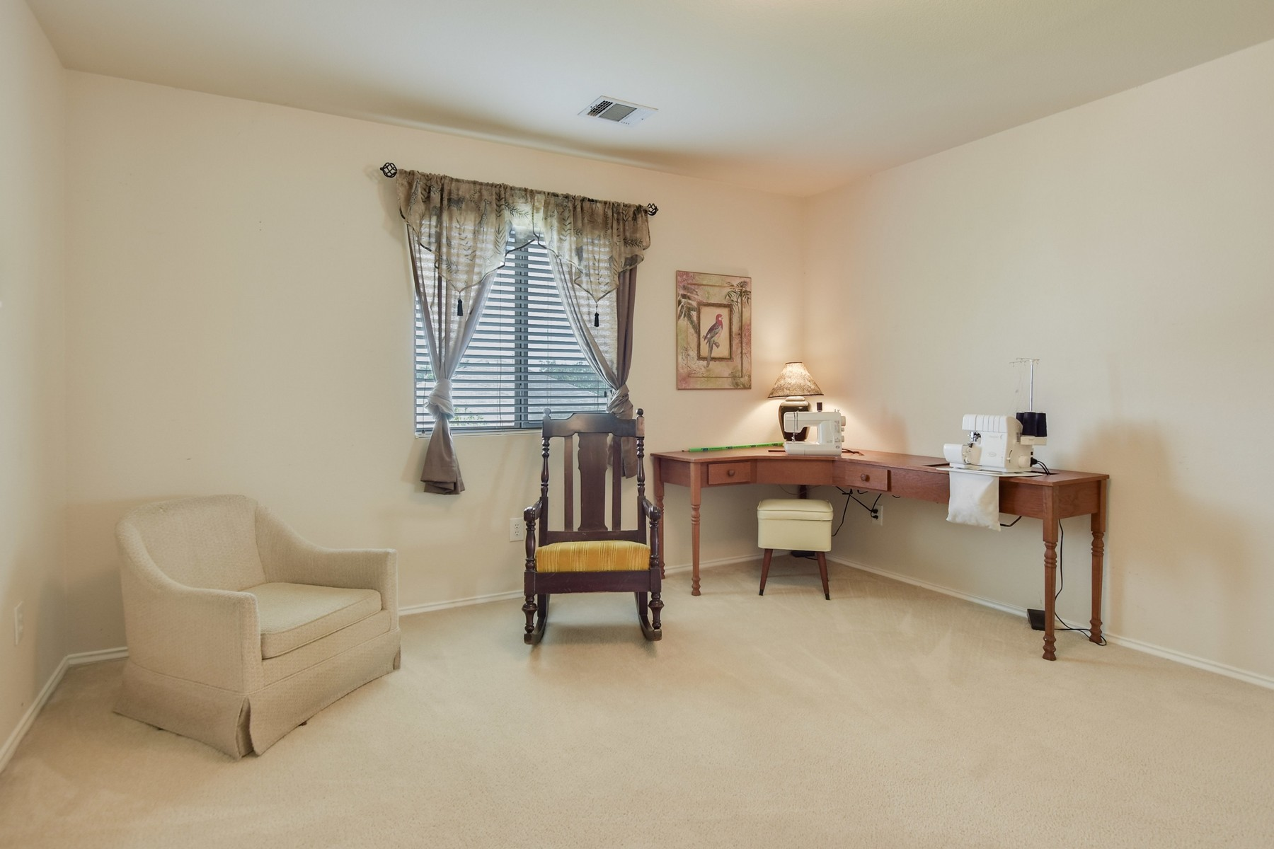 Additional photo for property listing at Meticulously Cared for Family Home in Kyle 100 Christopher Cv Kyle, Texas 78640 Estados Unidos