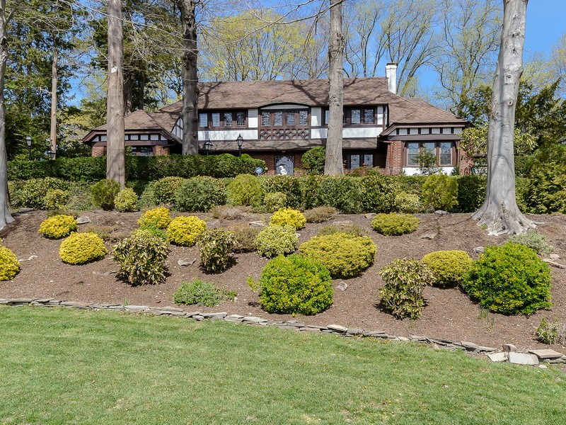 Villa per Vendita alle ore Tudor 57 Colonial Dr Manhasset, New York, 11030 Stati Uniti