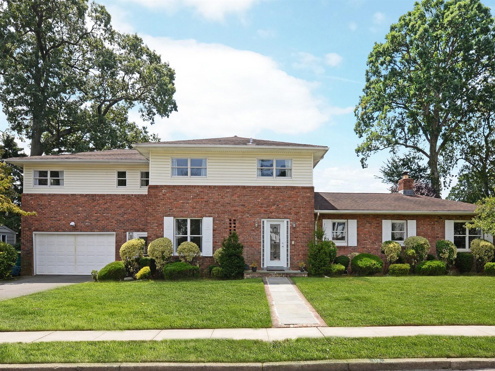 独户住宅 为 销售 在 Colonial 118 Andover Rd 罗克韦尔市, 纽约州 11570 美国