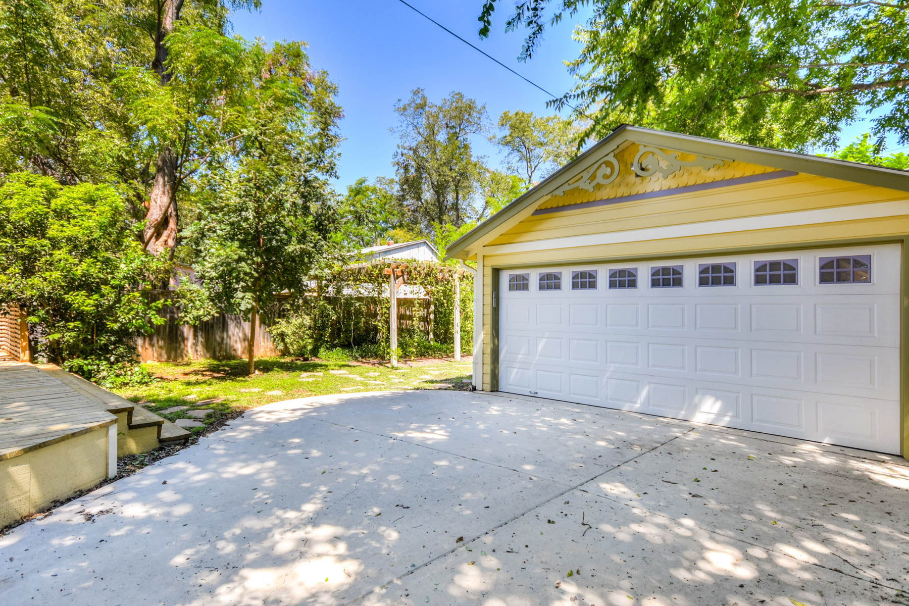 Additional photo for property listing at Picture Perfect King William Victorian Cottage 422 Mission St San Antonio, Texas 78210 Estados Unidos