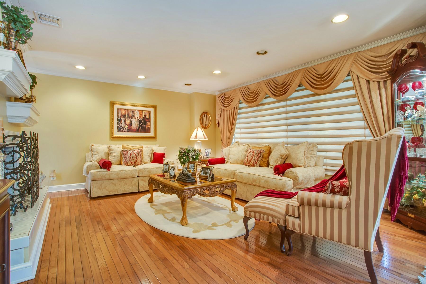 Einfamilienhaus für Verkauf beim Colonial 207 A Cuba Hill Rd Huntington, New York, 11743 Vereinigte Staaten