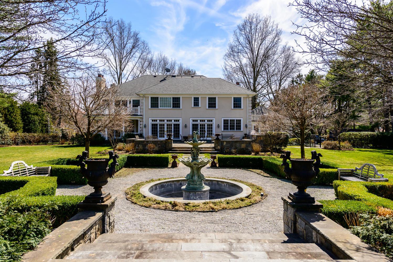 Villa per Vendita alle ore Colonial 12 Locust Ln Upper Brookville, New York 11545 Stati Uniti