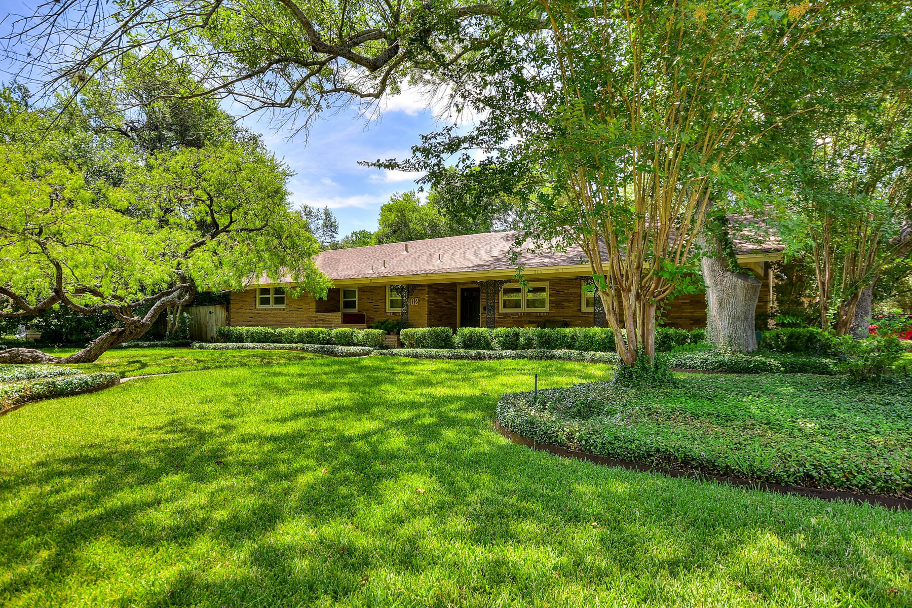Additional photo for property listing at Amazing 1-Story Brick Home in Park-Like Setting 402 Cave Ln San Antonio, Texas 78209 Estados Unidos