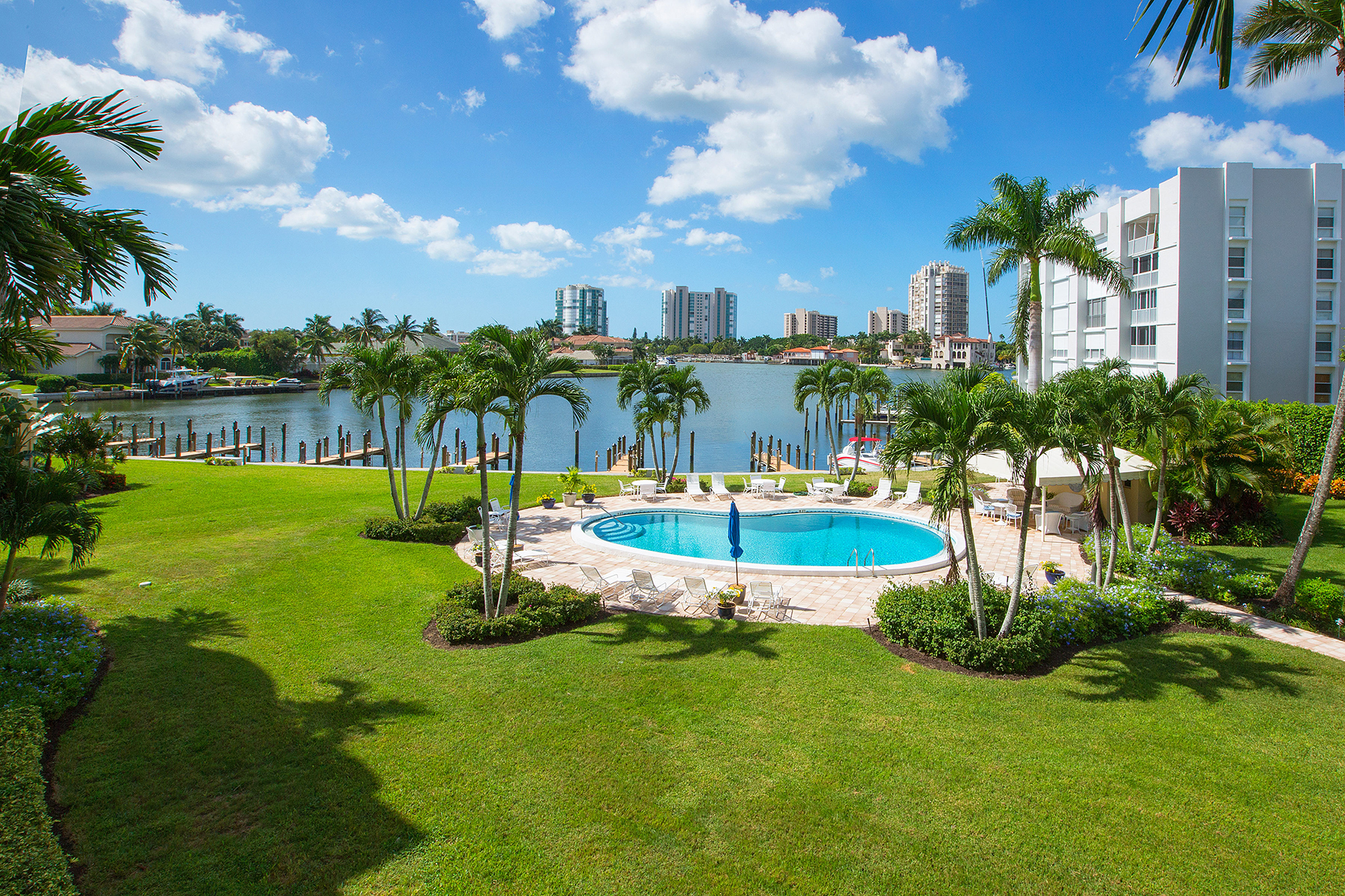Condominio por un Venta en PARK SHORE - COLONY GARDENS 400 Park Shore Dr Unit 301 Naples, Florida, 34103 Estados Unidos