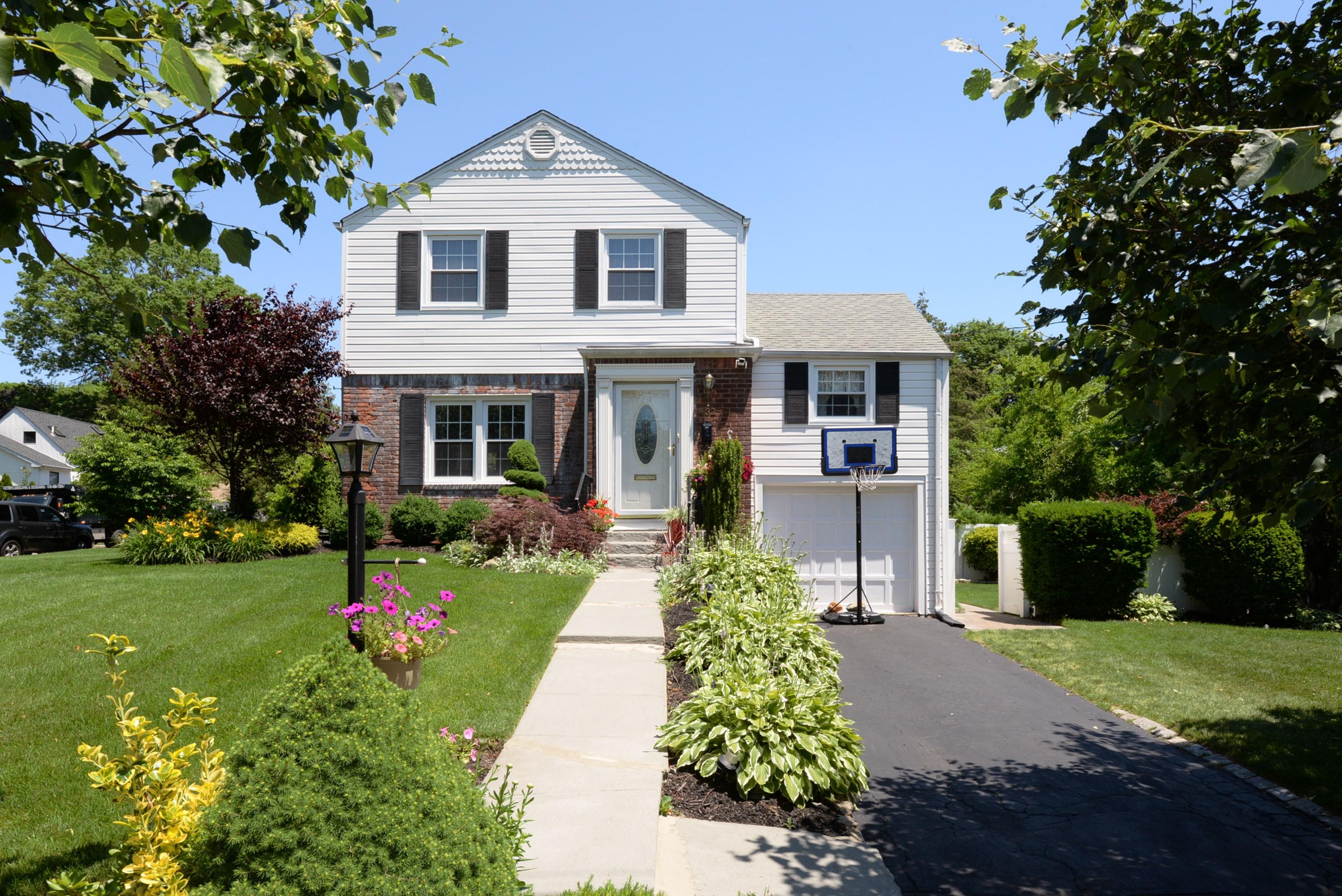 Villa per Vendita alle ore Colonial 132 Greenway West Manhasset Hills, New York, 11040 Stati Uniti