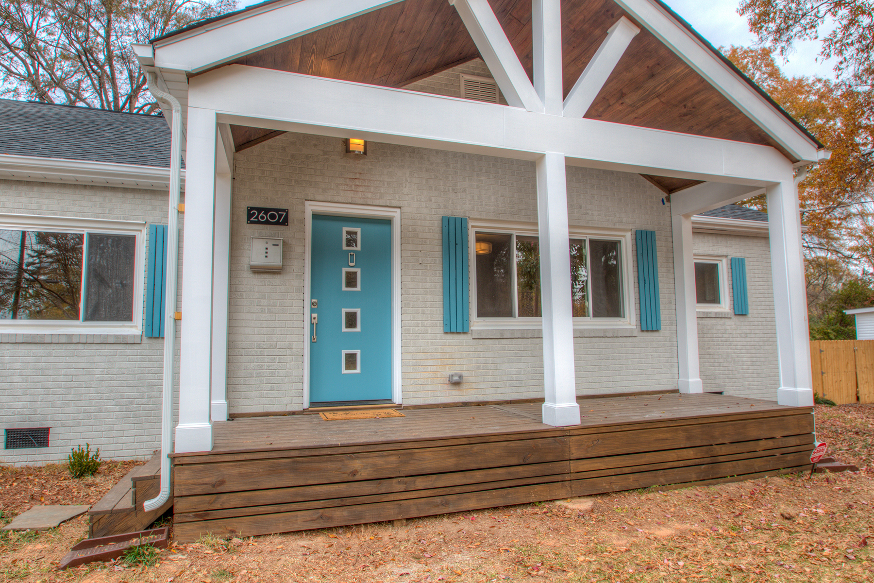 Nhà ở một gia đình vì Bán tại CHARLOTTE 2607 Shamrock Dr Charlotte, Bắc Carolina, 28205 Hoa Kỳ